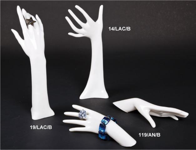 Mani laccate bianche per anelli e bracciali