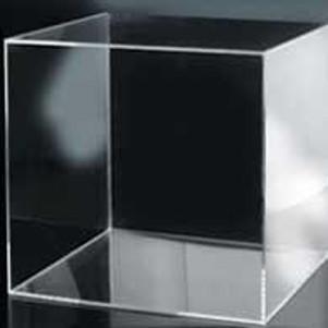 Cubi, tavolini, scalette e contenitori in plexiglass
